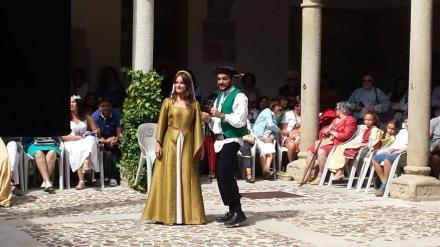 Uno de los miembros de la corte de Sancho trata de convencer a María de Molina de que se una a la selección de músicos ministriles