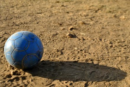 ¡Fuera o dentro!... Autor: pics_pd, dominio público, Recuperada de: https://pixnio.com/es/deporte/futbol/futbol-%E2%80%8B%E2%80%8Bpelota-de-futbol-%E2%80%8B%E2%80%8Bdeporte-azul-sombra-tierra